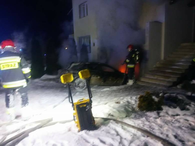 Pożar został zauważony około godz. 20.30. Na miejsce przyjechały trzy jednostki PSP i jedna OSP. Płonął opel zaparkowany w przydomowym garażu. Strażacy