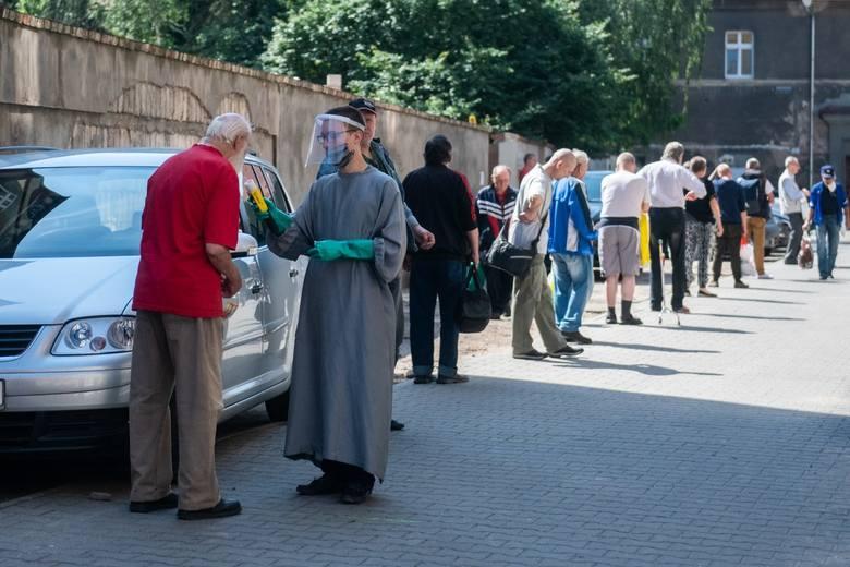 Obecnie tylko przy ul. Łąkowej siostry elżbietanki wydają 300-400 posiłków dziennie. Ks. Łukasik szacuje, że skala pomocy w stosunku do ubiegłego roku musiała zostać zwiększona o jedną trzecią.