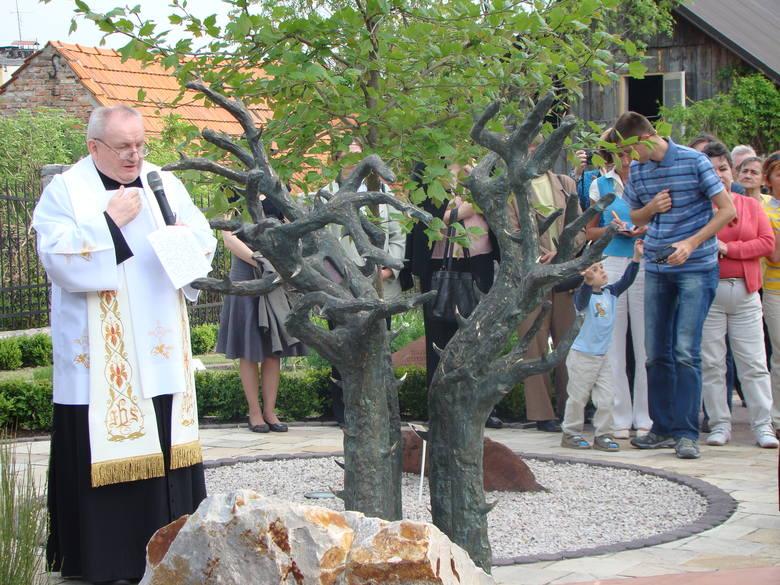 Proszowice. 10 lat temu w ogrodzie biblijnym odsłonięto rzeźby Karola Badyny [ZDJĘCIA]