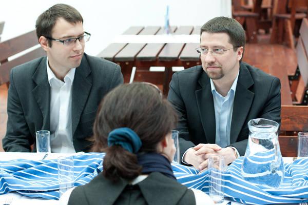 Prezes Bartosz Rola (z prawej) chce w przyszłym roku uruchomić na Fali kino letnie i uzyskać koncesję na sprzedaż alkoholu.