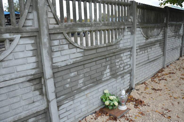 Zwłoki Marka Kapela tkwiły między dwoma ciężkimi, betonowymi elementami ogrodzenia hurtowni budowlanej.