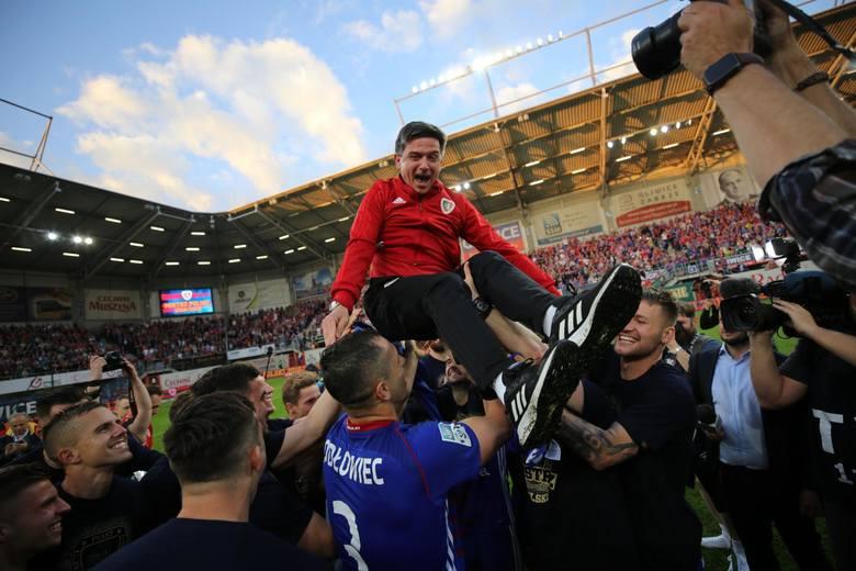 Najmłodszy trener w PKO Ekstraklasie ma 38 lat, najstarszy 57. Żaden z nich nie jest najkrócej, ani najdłużej pracującym szkoleniowcem w naszej lidze.