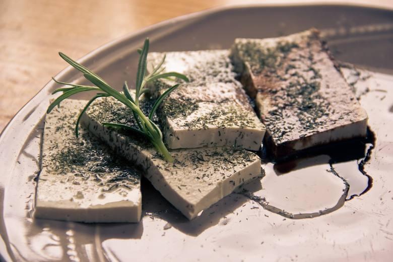 Najbardziej znanym produktem wegetariańskim i wegańskim jest tofu, które po odpowiednim przygotowaniu (przede wszystkim doprawieniu) zastępuje nie tylko
