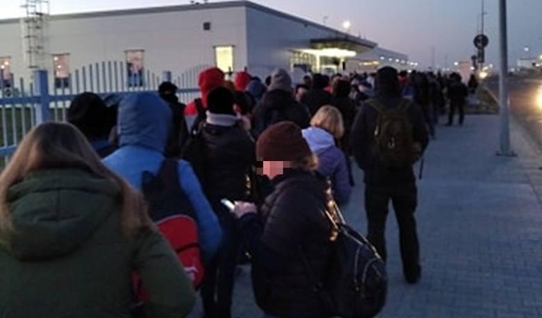 Wrocław: Tłok przed wejściem do fabryki. Ludzie boją się zarażenia koronawirusem