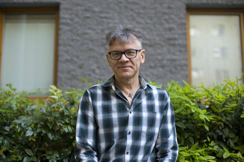 Maciej Pawlicki jest producentem filmowym, reżyserem, scenarzystą, publicystą i współzałożycielem Ruchu Społecznego Stop Bankowemu Bezprawiu. W ostatnią