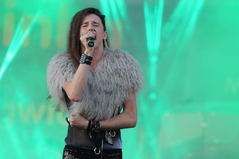Michal Szpak. Gwiazdy X-Factor wystąpily na scenie przy centrum Karolinka w Opolu.