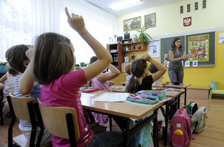 Nagrody dla nauczycieli. Kto najhojniej wynagrodzi pedagogów w Łódzkiem?