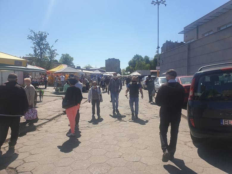 Tłumy łodzian robiły w sobotę zakupy na targowisku Dolna-Ceglana, a stragany uginały się pod ciężarem dorodnych warzyw i owoców. O tej porze roku są