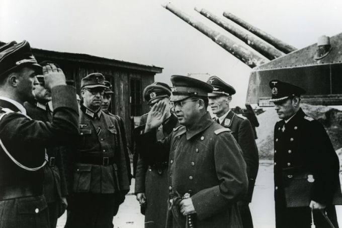 Generał Makoto Onodera (w środku) w otoczeniu oficerów niemieckich. Rybikowski był jego sekretarzem
