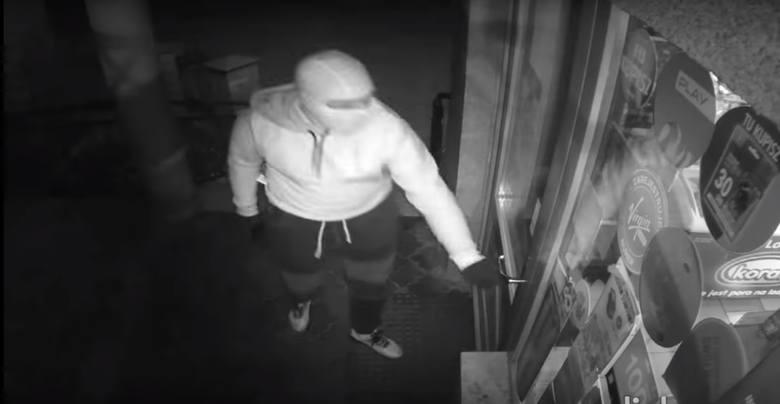 Napad na sklep w Pinczynie. Zamaskowany złodziej groził bronią, przegoniła go ekspedientka przy pomocy mopa [wideo]