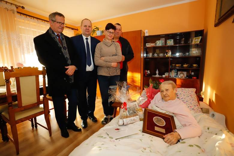 Medal od marszałka dla 100-letniej mieszkanki Elgiszewa