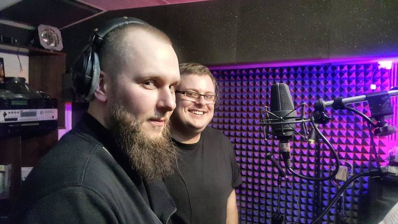 Z lewej muzyk Daniel Filip Warakomski, obok tenor Michał Steciak podczas nagrania w kieleckim Studio Koliber.