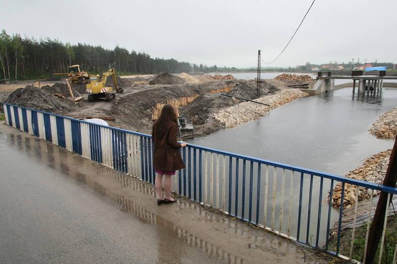 Prace przy zbiorniku wodnym w Morawicy idą pełną parą. Mieszkańcy gminy już wkrótce będą mogli korzystać z obiektu.