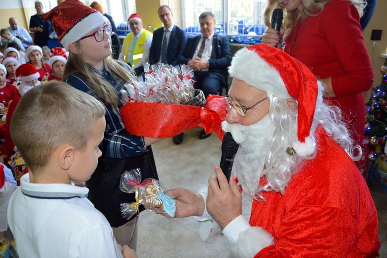 Św. Mikołaj z Ukrainy odwiedził dzieci z SP w Krównikach. W spotkaniu brały udział również dzieci z SP w Hermanowicach. Wizyta to efekt wieloletniej