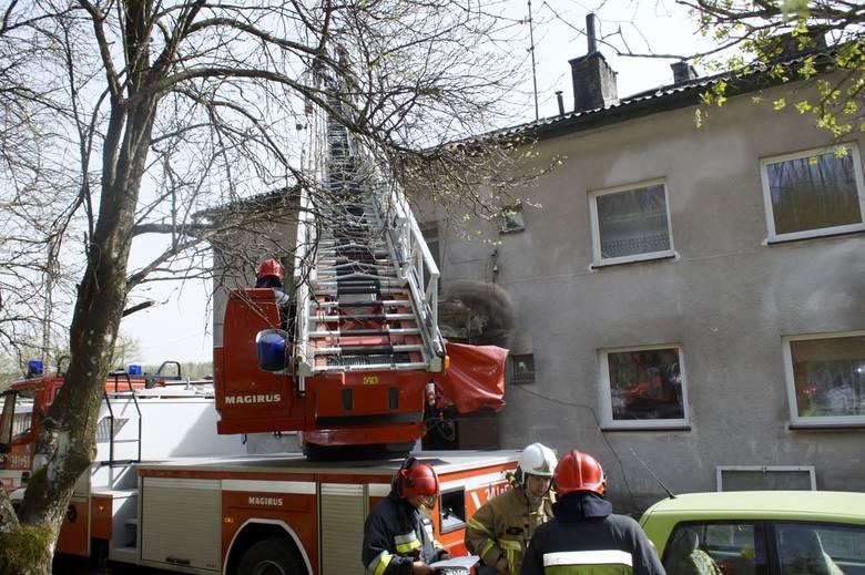 Od rozszczelnionego komina, zapaliła się belka stropowa na poddaszu domu wielorodzinnego, na oś. Rybackim w miejscowości Damnica koło Słupska. Pomimo