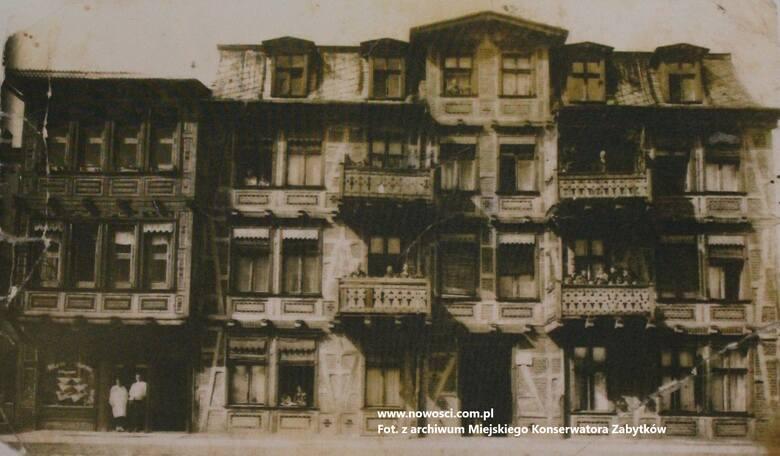Kamienica przy Mickiewicza 70 na zdjęciu z 1924 roku. Sternowie już tam wtedy mieszkali, może stoją gdzieś na balkonie? Sklep z telefonem widać po lewej