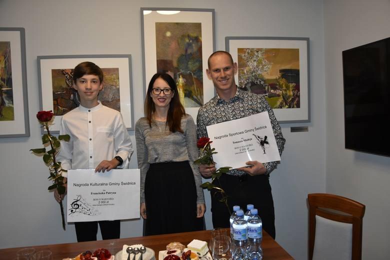 Świdnica, czerwiec 2020 roku. Wręczenie nagród kulturalnych i sportowych. Od lewej: Franciszek Patryn, wójt Izabela Mazurkiewicz, Tomasz Madej.