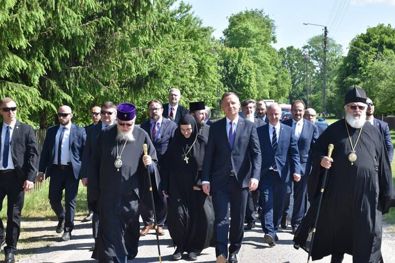 Prezydent RP Andrzej Duda w Zaleszanach. Przy krzyżu upamiętniającym ofiary mordu mieszkańców wsi w 1946 roku uczestniczył w modlitwie oraz oddał hołd