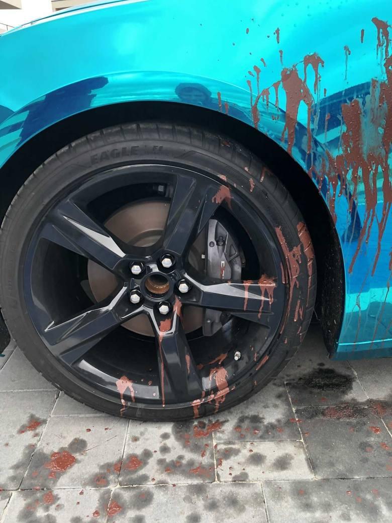 Wandale zniszczyli w Opolu ekstrawagancki samochód-reklamę. Zobacz nagranie z monitoringu