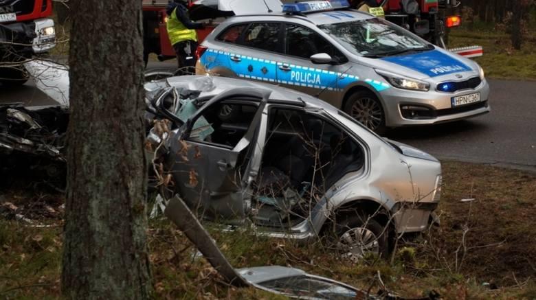 W sobotę (22.02) niedaleko Korzybia około południa doszło do groźnego zdarzenia drogowego. Kierujący srebrnym autem zjechał do przydrożnego rowu i uderzył