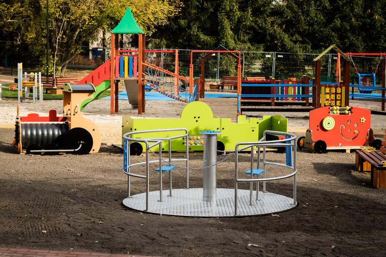 Od tego weekendu Myślęcinek zaprasza maluchy wraz z rodzicami na nowy integracyjny plac zabaw z urządzeniami także dla dzieci niepełnosprawnych. W sobotę