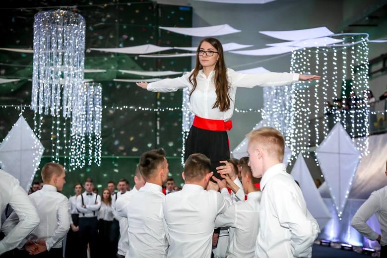 W styczniu i lutym uczniowie białobrzeskich Liceum Ogólnokształcącego i Zespołu Szkół Ponadgimnazjalnych bawili się podczas bali studniówkowych. Zapraszamy