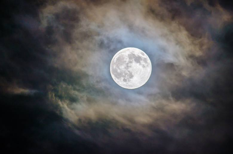Pełnia Księżyca 2019. Już w czwartek 12 grudnia na niebie pełnia Księżyca w znaku Bliźniąt. Chociaż kulminacja pełni Księżyca przypada na 12 grudnia,