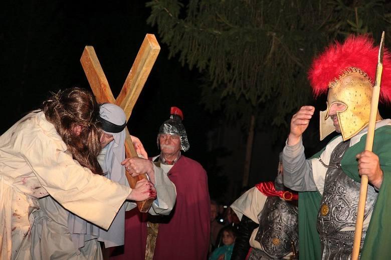 Szymon i Jezus dźwigają razem krzyż