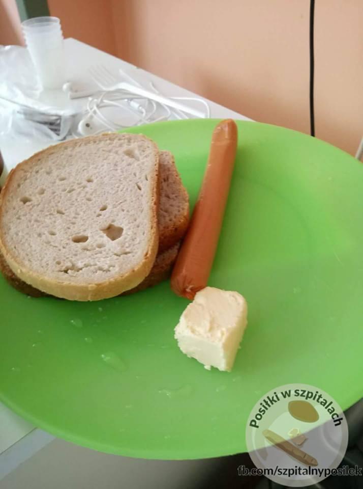 """Fanpage """"Posiłki w szpitalach"""" od kilku lat gromadzi zdjęcia szpitalnych posiłków z całej Polski. Myślicie, że już nic nie jest Was"""