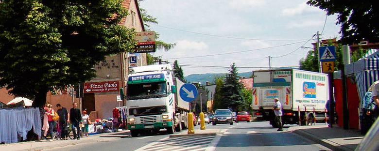 Targowisko w Liszkach denerwuje kierowców przejeżdżających drogą wojewódzką