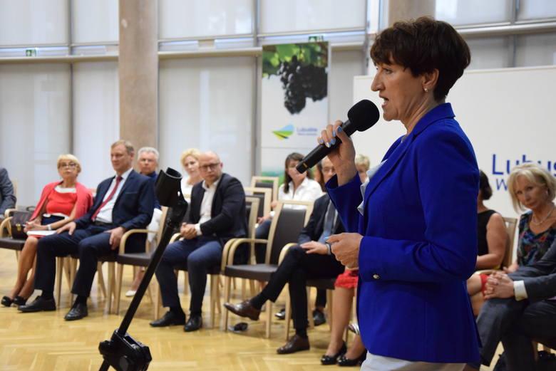 Zielona Góra, 19 sierpnia 2019. Debata na temat przyszłości oświaty przy okrągłym stole. Na zdjęciu, na pierwszym planie, marszałek Elżbieta Anna Polak.