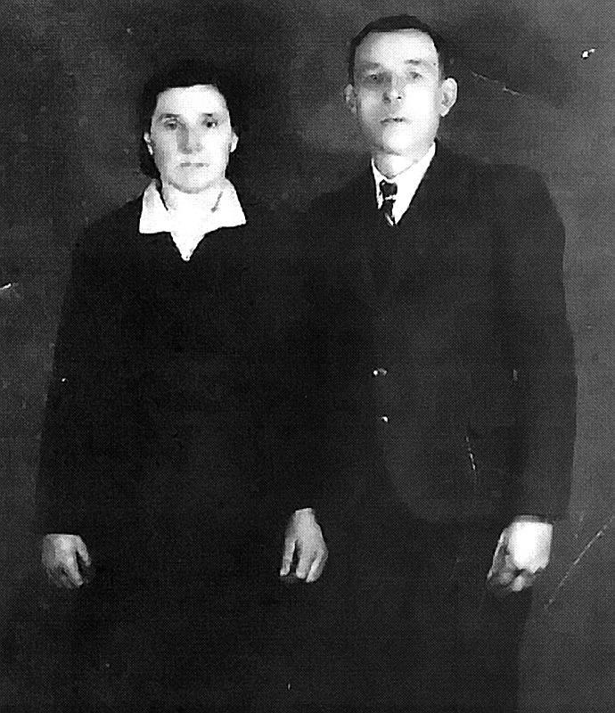 Lata 30. Kurs kroju i szycia w Szybalinie. Pierwsza z lewej sierdzi Maria Szynklarz, siostra pani Cecylii.