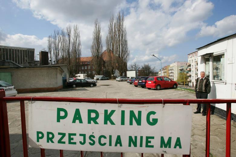 Na parkingu znajdującym się przy hotelu SDS z powodzeniem mogłyby parkować samochody widzów, którzy przyjeżdżają tu na imprezy sportowe czy kulturalne.