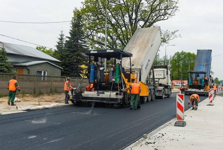 To jeden z bardziej uciążliwych drogowych remontów w Łodzi.Co już zrobiono?Ul. Rokicińska remontowana jest od ul. Malowniczej do granic miasta. Najszybciej