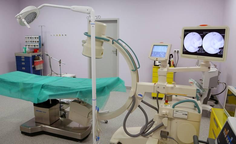 Gdy opowiedziała o dawnej operacji, pojawiły się podejrzenia, że alarm wywołuje coś metalowego w ciele pacjentki, stąd zlecono badanie rtg.  Wykazało