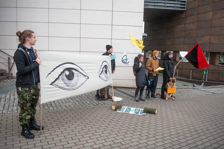 Grupa Extinction Rebellion zorganizowała w poniedziałek pikietę pod budynkiem Ataner. Przyszli mieszkańcy Jeżyc, a także przedstawiciele Federacji Anarchistycznej,