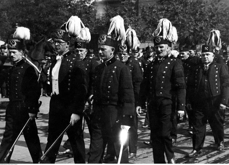 Górnicy z tyskiej kopalni w pochodzie dożynkowym. Katowice, 16 września 1934.
