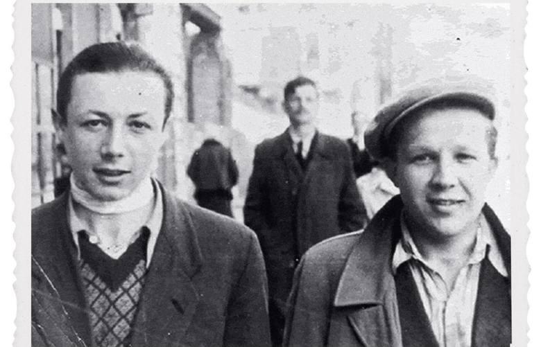 Symcha Rotem i Stefan Siewierski, na drugim planie Antek Cukierman