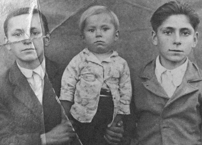 Rodzina Jana Dziewy już w Rzeczycy. Od lewej: stryj z synową, ojciec, sąsiad Bilewicz, NN, Jan, Anna (macocha) z dziećmi.