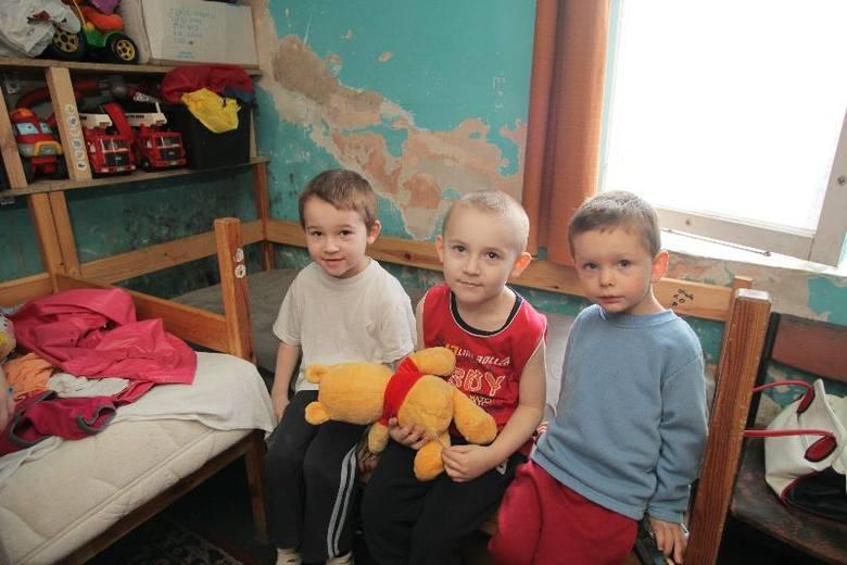 5-letni Bartek (w czerwonej koszulce) i 7-letni Sebastian (w białej koszulce) są dziećmi specjalnej troski. Ściana nad tapczanem, na którym śpią, jest