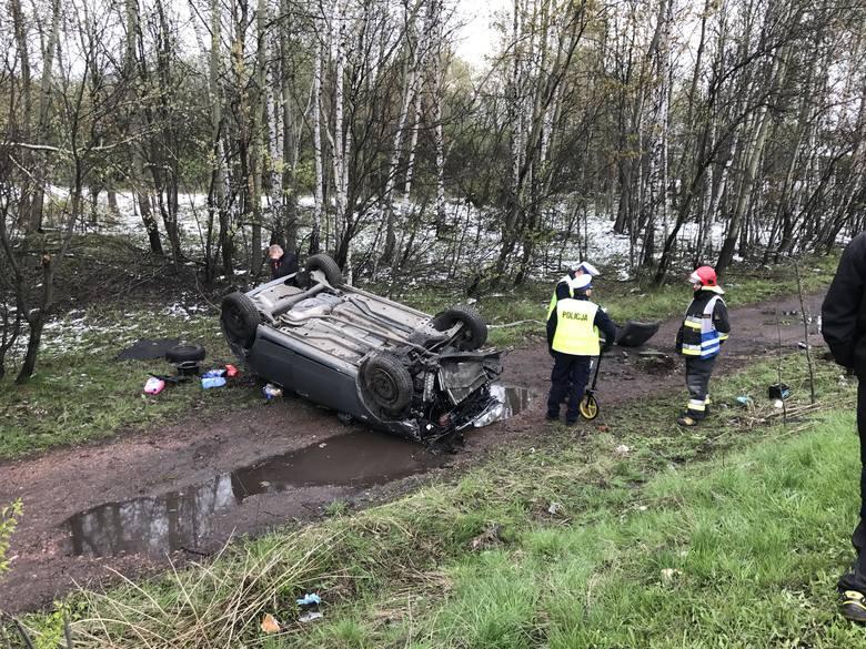 Samochód osobowy dachował po zjechaniu z trasy. Wypadek na DTŚ w Świętochłowicach