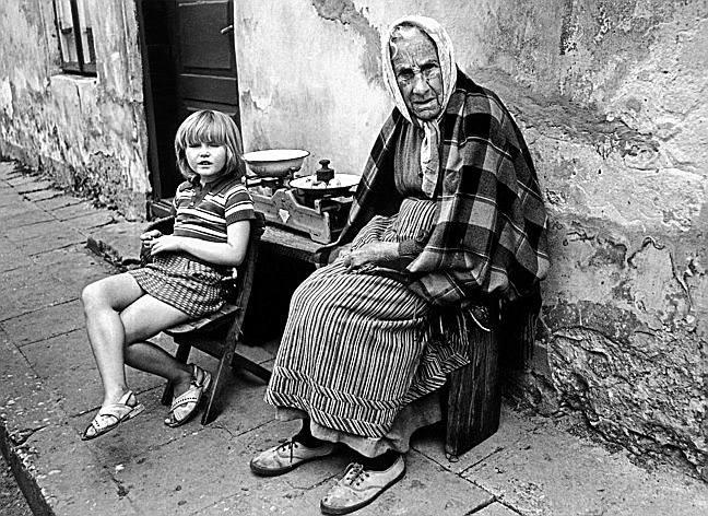 Dziewczynka ze starszą kobietą w spokojnym zakątku
