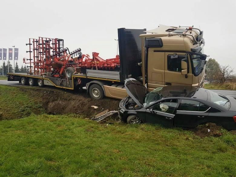 Do groźnie wyglądającego zdarzenia doszło przed południem 4 listopada tego roku. Na drodze w miejscowości Frydrychowo skoda octavia zderzyła się z ciężarowym