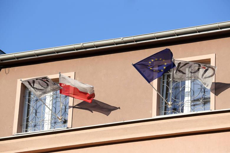 W oknach komitetu wiszą cztery flagi. Obok narodowej i Unii Europejskiej są też proporce z logiem KOD. To one wywołują emocje.