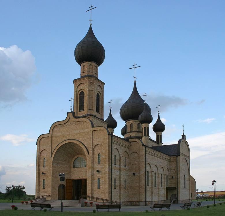 Świątynia znajduje się na północno-wschodnim krańcu miasta, przy ulicy Adama Mickiewicza 179. Cerkiew została zaprojektowana przez Michała Bałasza. Wybudowana