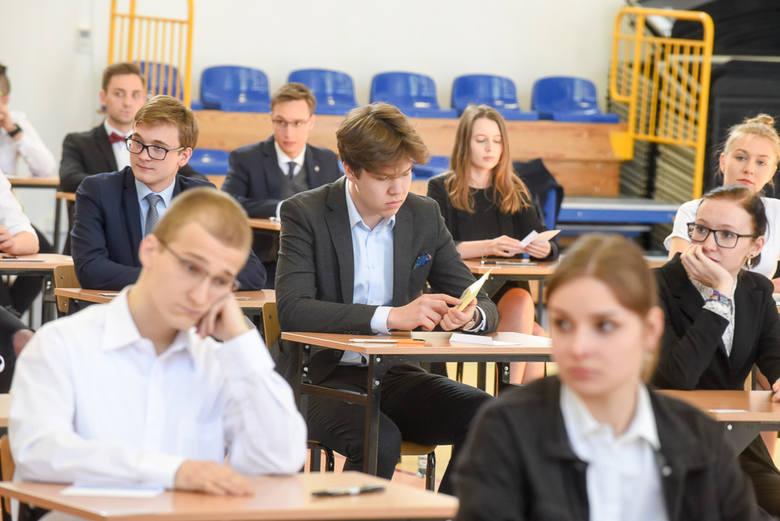 Dzisiaj w szkołach w całej Polsce rozpoczęły się matury. Nie inaczej było w toruńskim IV Liceum Ogólnokształcącym. Oto fotorelacja z tego wydarzenia.Polecamy:Matura