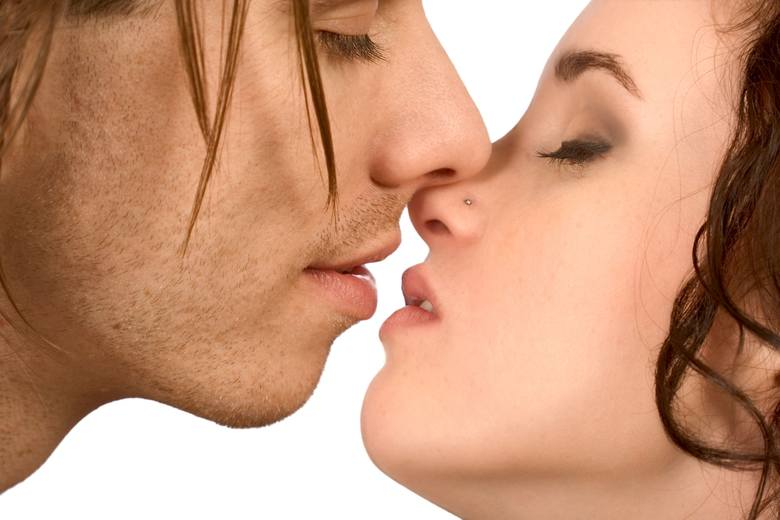 Ale nie naśladuj jej pocałunków przez cały czas, bo przegrasz. Pamiętaj: są rzeczy, na które kobiety reagują niezmiennie i instynktownie. Bywaj dominujący,