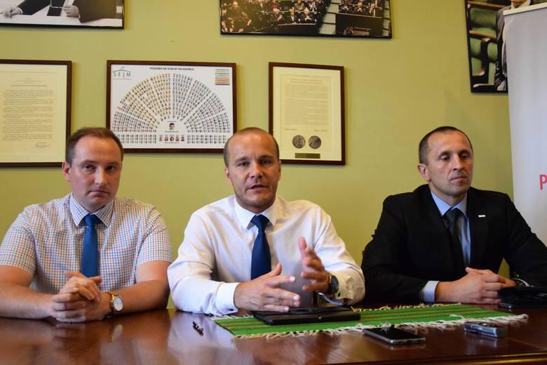 Radni PiS są zaniepokojeni obecną sytuacją w Przemyślu. Nz. od lewej Wojciech Rzeszutko, Maciej Kamiński, Daniej Dryniak.