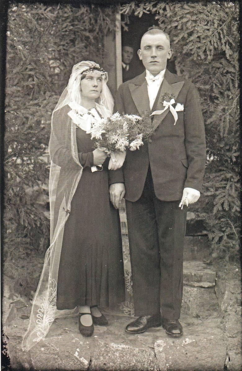 Nowożeńcy ze wsi Sucha (Bory Tucholskie) z lat 30. XX w. Panna młoda ma czarną suknię
