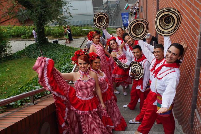 Przez cały czas festiwalu podziwiano nie tylko pełne ekspresji tańce, barwne stroje, ale i urodę tancerek<br />